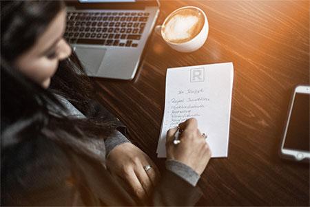 Mona Rayani macht Notizen