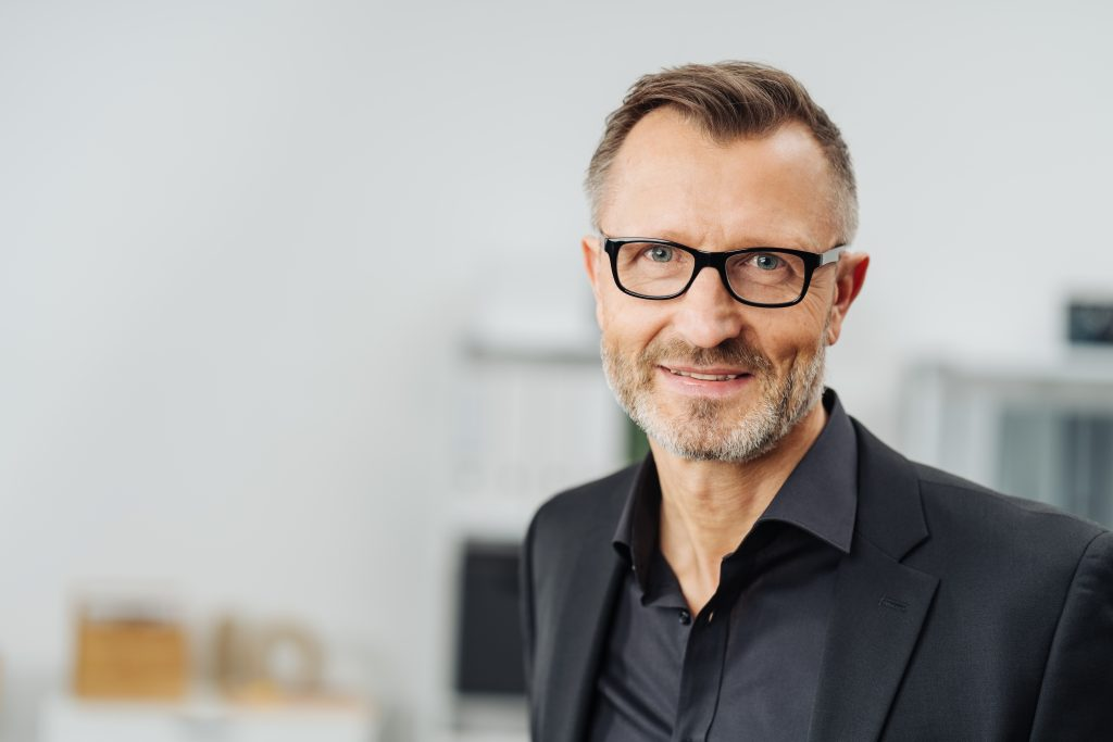 Mann mit Brille und Anzug