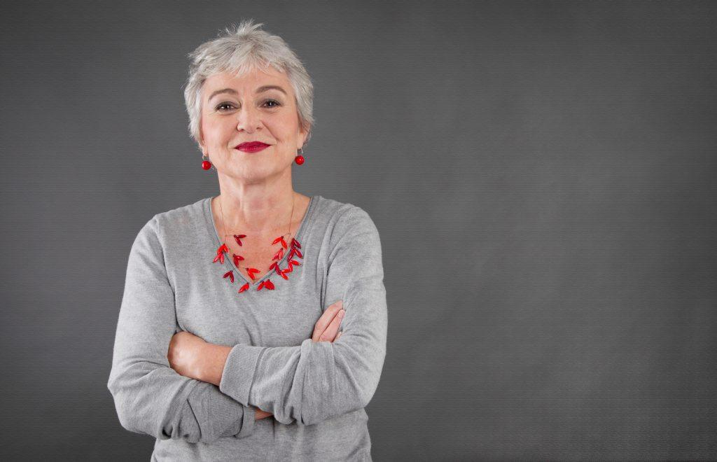 Selbstbewusste ältere Dame